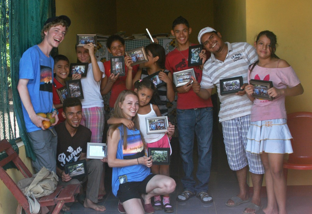 Beauty Beyond Borders delivers their printed photos to the Nueva Vida community